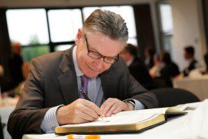 Karel De Gucht: 'Als ik iemand wil kapotmaken tot in de kern, dan doe ik dat louter verbaal, psychologisch, politiek, economisch en financieel' (Foto: VOKA Kamer Van Koophandel Limburg)
