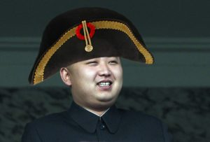 Kim-Jong-un sprak de rouwende bevolking onmiddellijk toe met een geruststellend onnozel hoofddeksel.