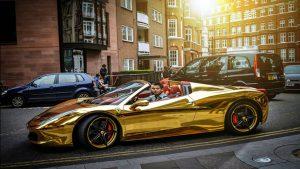 De gouden Lamborghini van de journalist werd alvast in beslag genomen (Beeld YouTube)