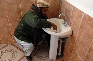 Voor De Wever mogen uitgewezen loodgieters zoals Navid Sharifi alvast het sanitair voor een asielcentrum beginnen leggen.