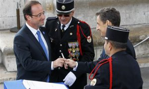 François Hollande neemt ambtsvrouw Carla Bruni officieel in gebruik