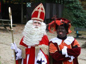 """Sinterklaas (links): """"Er zijn geen stoute kinderen."""" - Archieffoto."""