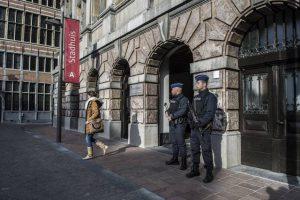 Agenten vielen het Antwerpse stadhuis binnen. (Foto: HLN)