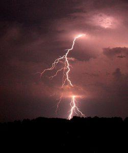 Een bliksem sloeg in op een huis in de straat van Lodewijk Browaeys. 'Allemaal niets van gemerkt', vertelt de Leuvenaar. (foto: Griffinstorm, CC)