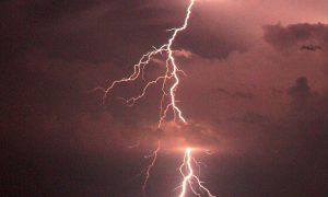 Man (54) slaapt door zware superstorm; staat op en gaat werken