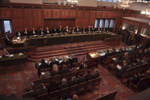 Het Hof tilde zwaar aan de schendingen van de Conventie van Genève in beide kampen.