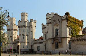 Bruno Tobback vindt 500 euro per maand veel voor een cel, vaak veel kleiner dan een appartement in dezelfde prijscategorie. (Foto: Wikimedia Commons)