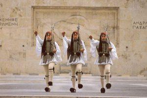 Griekse soldaten moeten voortaan een vernederend hoedje dragen.