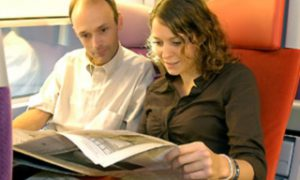 Vlaamse kranten willen illegaal meelezen op de trein harder aanpakken