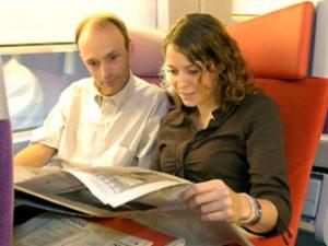 Het moet gedaan zijn met illegaal meelezen op de trein, vinden de Vlaamse kranten. Foto: raileurope.com