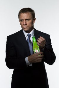 Voortaan drinkt James Bond Heineken in plaats van een mondaine Vodka-Martini.