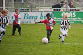 Steeds meer jonge voetballertjes krijgen een hartstilstand op de grasmat. (Foto: Flickr)