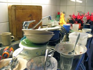 De kaboutertjes van ABBV Vaat staan al een hele ochtend piket bij de afwas van de familie Vansteenkiste - De Boever.