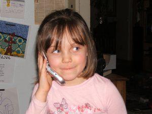 Emma kan opgelucht haar ouders bellen dat de procedureslag gewonnen is.