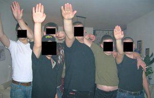 Danny Gewelt (hier extreem rechts op de foto) roept op tot een boycot van het Holocaustpretpark.
