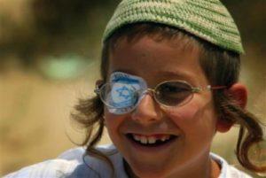Deze joodse jongen heeft één oog en tand operatief laten verwijderen.