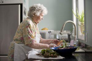 Oudere werknemers kunnen zeker nog een rol van betekenis spelen, bijvoorbeeld in de keuken van de AXA-aandeelhouder.