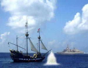 Een Belgisch fregat neemt de piraten onder vuur.