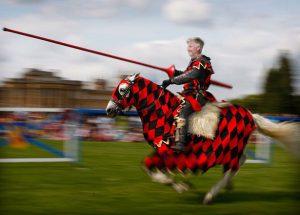 Het paleis stuurde Prins Filip te paard uit om de draak te verslaan.