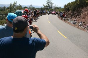 Mensen supporteren voor hun favoriete renner (Foto: Richard Masoner / Cyclelicious)
