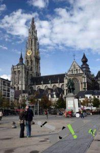 De straten in Antwerpen liggen bedolven onder achteloos weggegooide uitroeptekens.