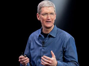 Apple CEO Tim Cook oefent alvast zijn verkooppraatje voor de iPay