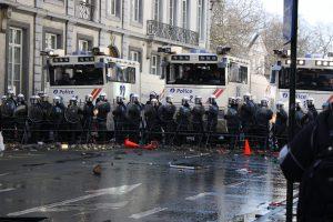 Er was een grote politiemacht nodig om de vreedzame betogers in toom te houden.