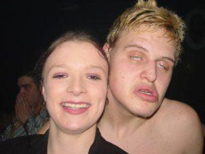 Dennie en Priscilla van het Belgian Early Party System waarschuwen dat feestjes kunnen losbarsten voor je er erg in hebt.